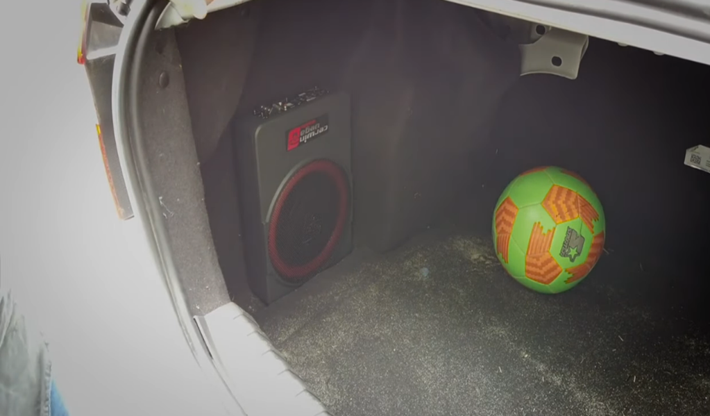 Instalación del subwoofer amplificado Cerwin Vega VPAS10 en cajuela Ford Figo 2017