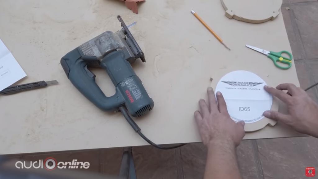 cortar las bocinas con la plantilla de uso