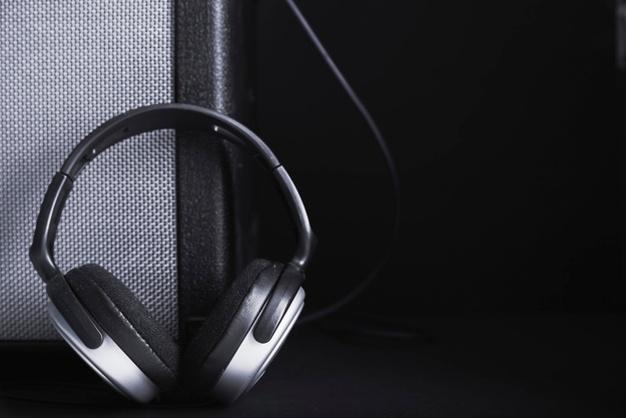 audífonos y un amplificador para ajustar la ganancia del amplificador