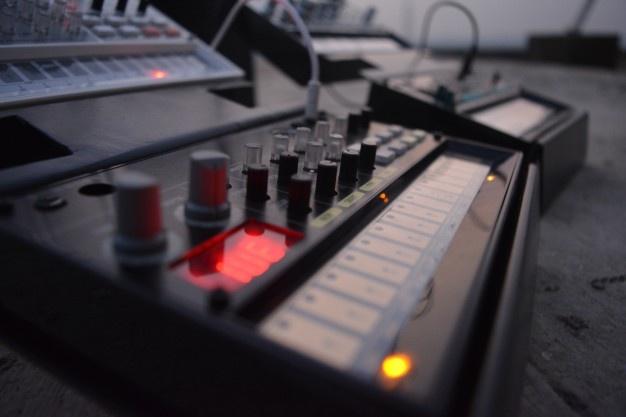 controles de música para graduar la ganancia de un amplificador